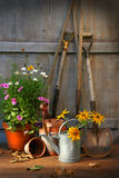 Jardín vertido con las herramientas y los crisoles Fotos de archivo libres de regalías