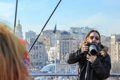 Jared Leto met een camera, achter zijn rug kan een brandwond worden gezien het uitbouwen en een tentstad op Maidan stock foto's