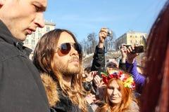 Jared Leto umgab durch eine Menge von ukrainischen Fans auf dem Maidan Nezalezhnosti w?hrend der Zeiten von Euromaidan stockbild