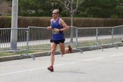 Jared Ward USA springer i den Boston maraton som kommer i 10th med en tid av 2:15: 28 på April 17, 2017 Royaltyfri Fotografi