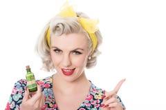 Jaren '50huisvrouw met vergiftfles, humoristisch geïsoleerd concept, royalty-vrije stock foto