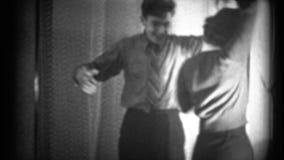 (jaren '40 8mm Wijnoogst) Man en Vrouwen die het omhoog dansen stock video