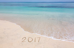 Jaren 2017 op zandig strand stock foto