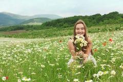 10-jaren oud meisje die op de weide lachen Royalty-vrije Stock Fotografie