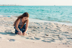 10-jaren oud meisje op het strand Royalty-vrije Stock Foto's