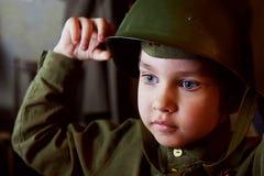 Jaren oude jongen in de Russische militaire vorm, mooi met blauwe ogen Royalty-vrije Stock Foto's