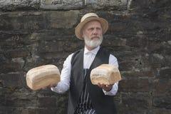 jaren '40 ouderwetse bakker die brood leveren stock afbeeldingen