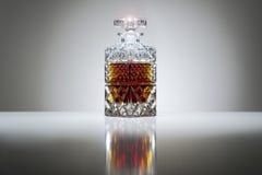 Jarra cristalina con el whisky o el brandy imágenes de archivo libres de regalías