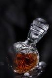 Jarra cristalina por completo de la bebida alcohólica fuerte fotografía de archivo