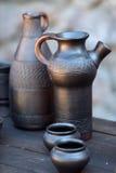 Jarra, cuencos y tazas oscuros de cerámica Foto de archivo libre de regalías