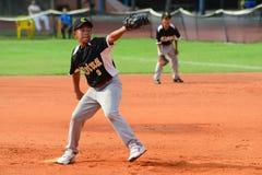 Jarra del béisbol que lanza una bola Imagenes de archivo