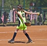 Jarra del beísbol con pelota blanda de la chica joven Imagen de archivo