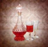 Jarra del vino de la vendimia y dos vidrios Foto de archivo libre de regalías