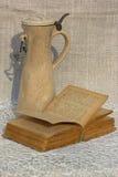 Jarra y libro Imágenes de archivo libres de regalías