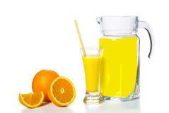Jarra y un vidrio de jugo, anaranjado Fotografía de archivo
