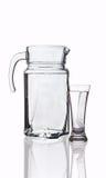 Jarra y vidrio con el agua potable Fotos de archivo libres de regalías
