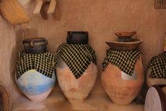 Jarras en un pueblo beduino con potes y cestas foto de archivo