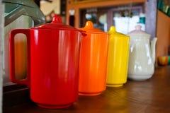Jarras plásticas encajonadas coloridas Fotografía de archivo libre de regalías