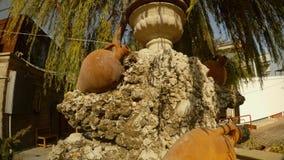 Jarras y amphorae en escultura debajo de un árbol en las cercanías de la ciudad turca metrajes