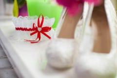Jarretière élégante de mariage avec le ruban rouge et le petit coeur Image libre de droits