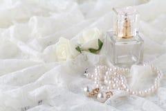 Jarretière de dentelle de mariage et jeune mariée de attente de parfum Foyer sélectif Image stock