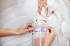Jarretière de mariage de jeune mariée Photos libres de droits