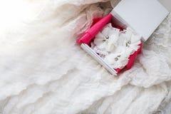 Jarretière nuptiale blanche de beau mariage Moments de jour du mariage Images libres de droits
