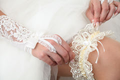 Jarretière pour la jeune mariée Photos stock