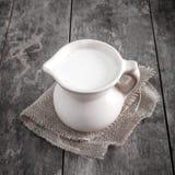 Jarro com leite fotografia de stock