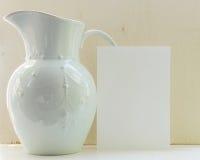 Jarro com Livro Branco Fotografia de Stock Royalty Free