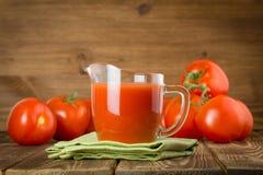 Jarro com suco de tomate Imagens de Stock