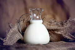 Jarro con arpillera de la leche Fotos de archivo libres de regalías