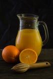 Jarro con el zumo de naranja fresco, aún arte de la vida Imagenes de archivo