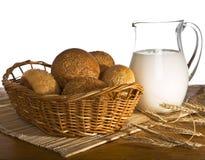 Jarro con leche, pan y trigo fotos de archivo