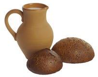 Jarro da argila com leite e pão caseiro do trigo mourisco imagem de stock royalty free