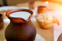 Jarro da argila de leite na tabela Alimento biológico fotos de stock royalty free