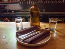 Jarro de agua, tazas, y placa preparada encima de la barra de la cervecería en dar Imagen de archivo