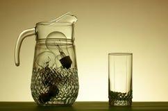 Jarro de ampolas e de vidro imagens de stock
