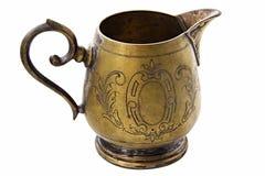 Jarro de bronce de leche en el fondo blanco Argentan de la desnatadora aislada imagen de archivo libre de regalías