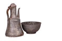Jarro de cobre antigo no fundo branco Fotos de Stock Royalty Free