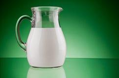 Jarro de cristal con leche imagen de archivo libre de regalías