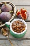 Jarro de doce do figo e de bacia de figos frescos Imagens de Stock