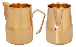 Jarro de formação de espuma dourado Jarro de aço inoxidável/jarros do leite foto de stock royalty free