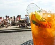 Jarro de la bebida de Pimm al aire libre fotografía de archivo