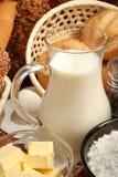 Jarro de leche, de mantequilla y de harina Foto de archivo