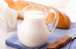 Jarro de leite Fotografia de Stock Royalty Free