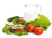 Jarro de leite e de legumes frescos Imagem de Stock Royalty Free
