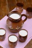 Jarro de leite na tabela de madeira Fotografia de Stock