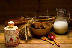Jarro de vidro com leite, caneca com leite, um naco do pão de centeio, orelhas Foto de Stock Royalty Free
