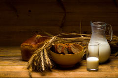 Jarro de vidro com leite, caneca com leite, um naco do pão de centeio, orelhas Imagem de Stock Royalty Free